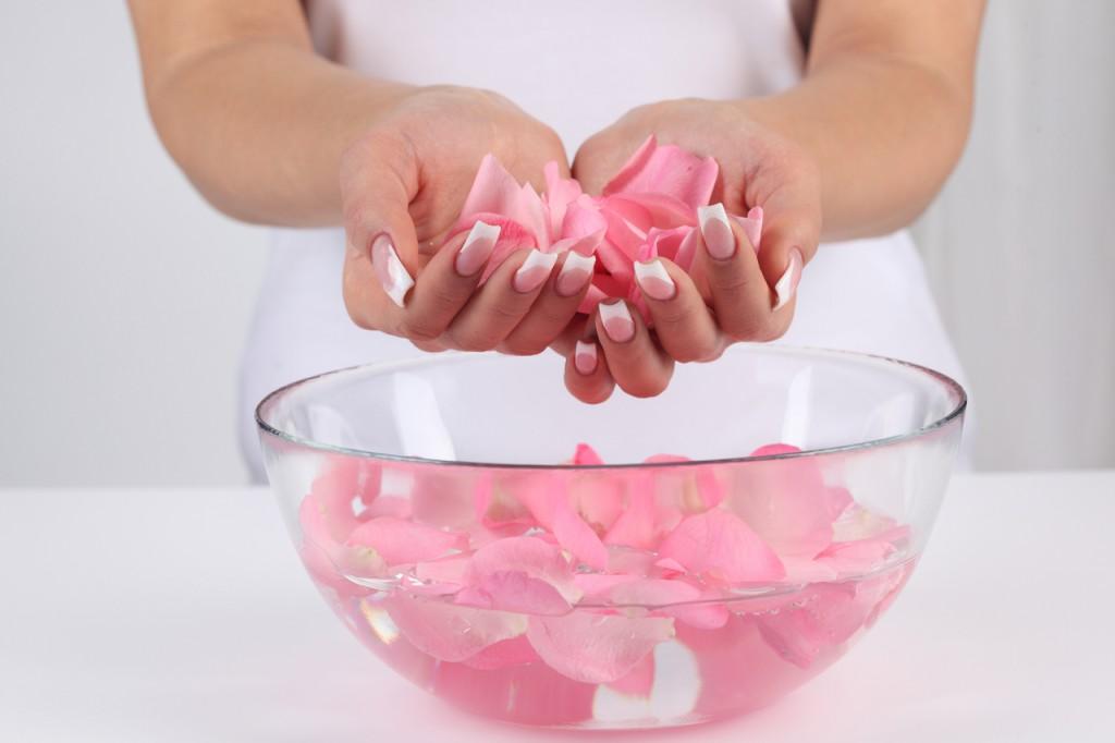 Comment faire soi m me son eau de rose beaut maison - Comment faire son maquillage maison ...