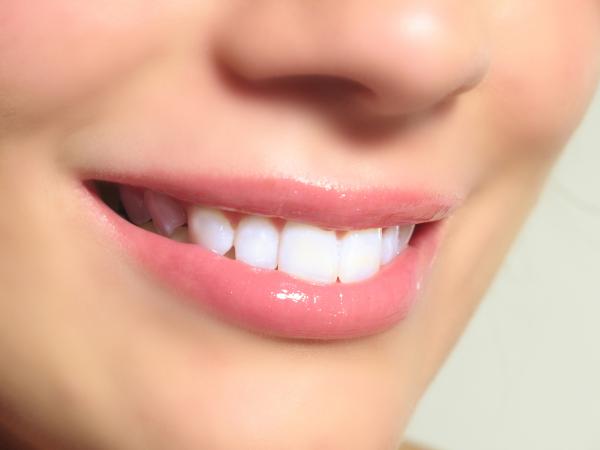 les astuces pour se blanchir les dents sainement